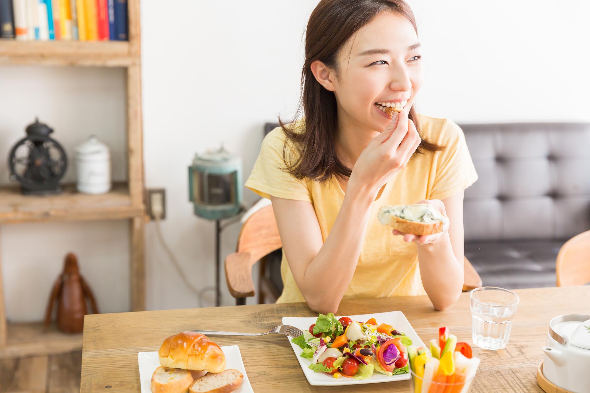 笑顔で食事をする女性