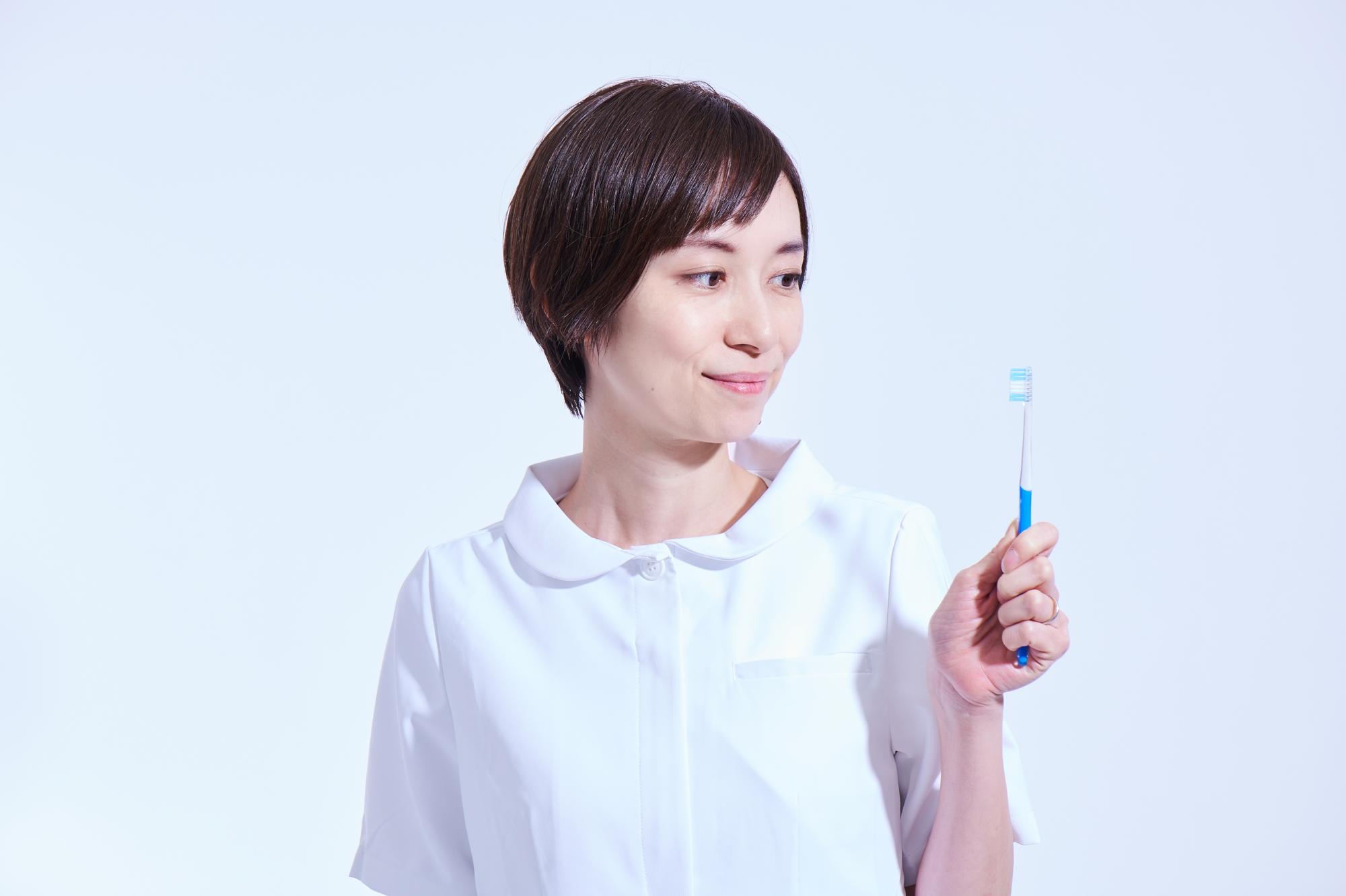 歯ブラシを見つめる歯科衛生士