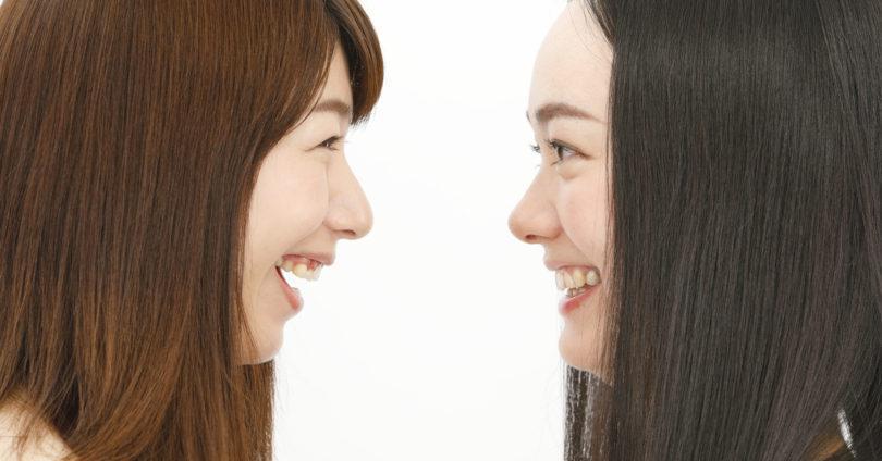 顔を近づける二人の女性