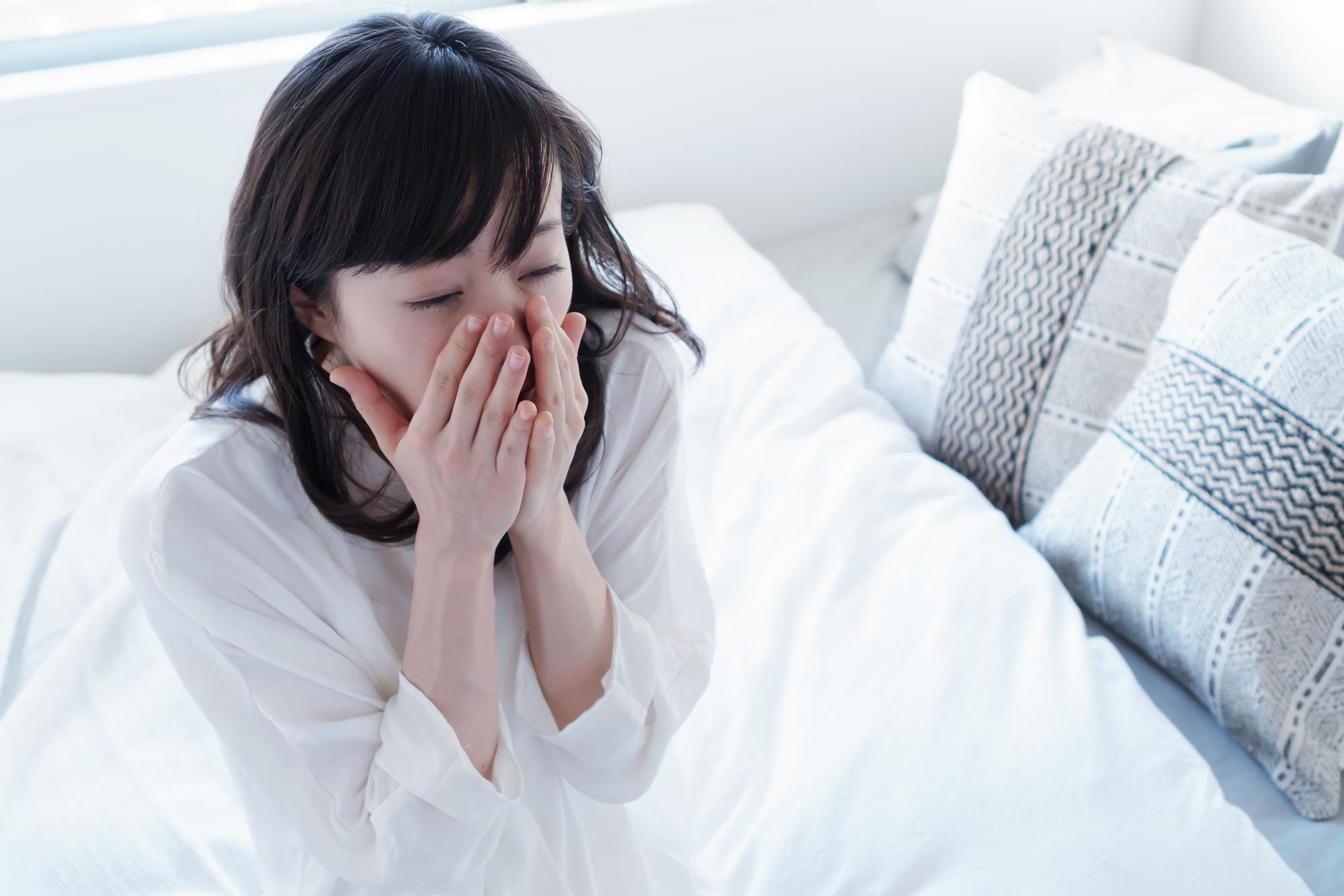 目覚めの口臭を気にする女性