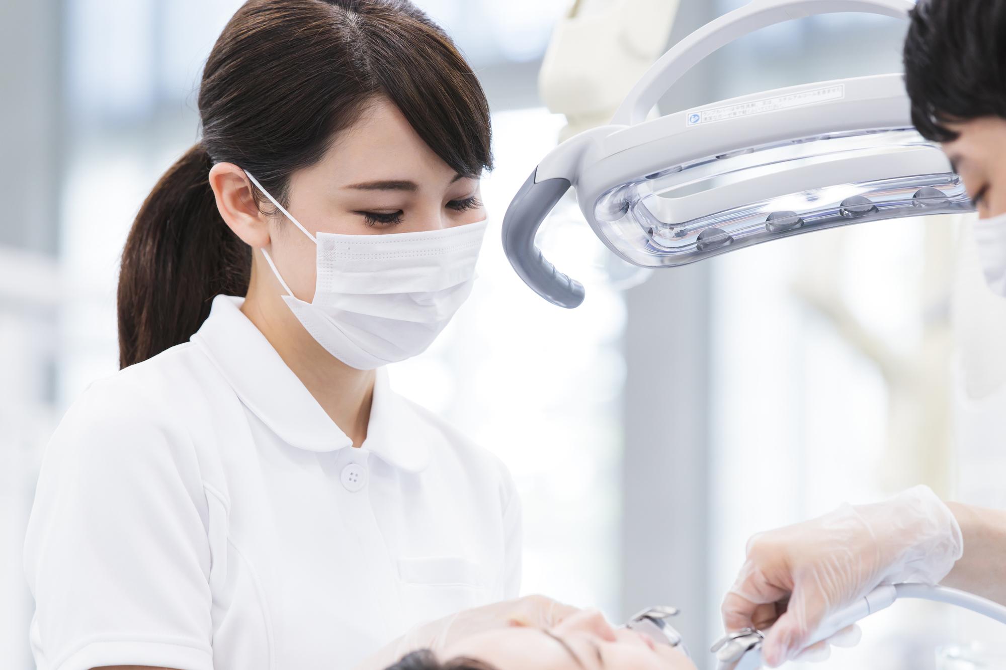 歯周病治療する歯科衛生士