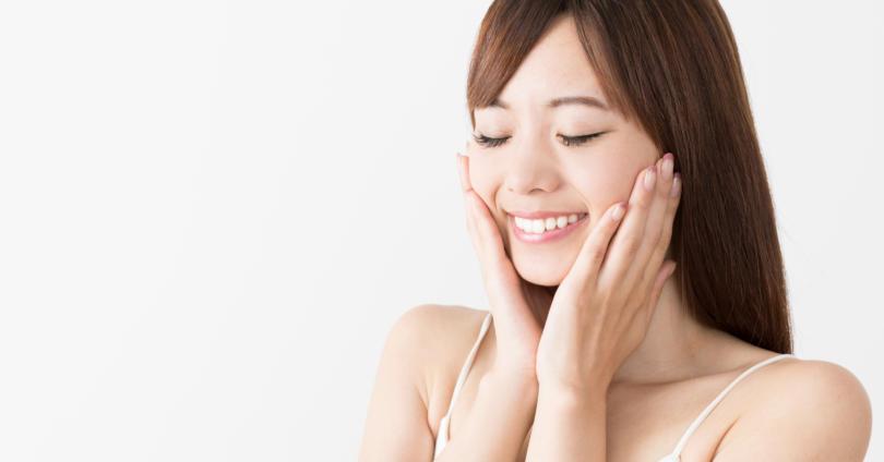 白い歯を見せる笑顔の女性