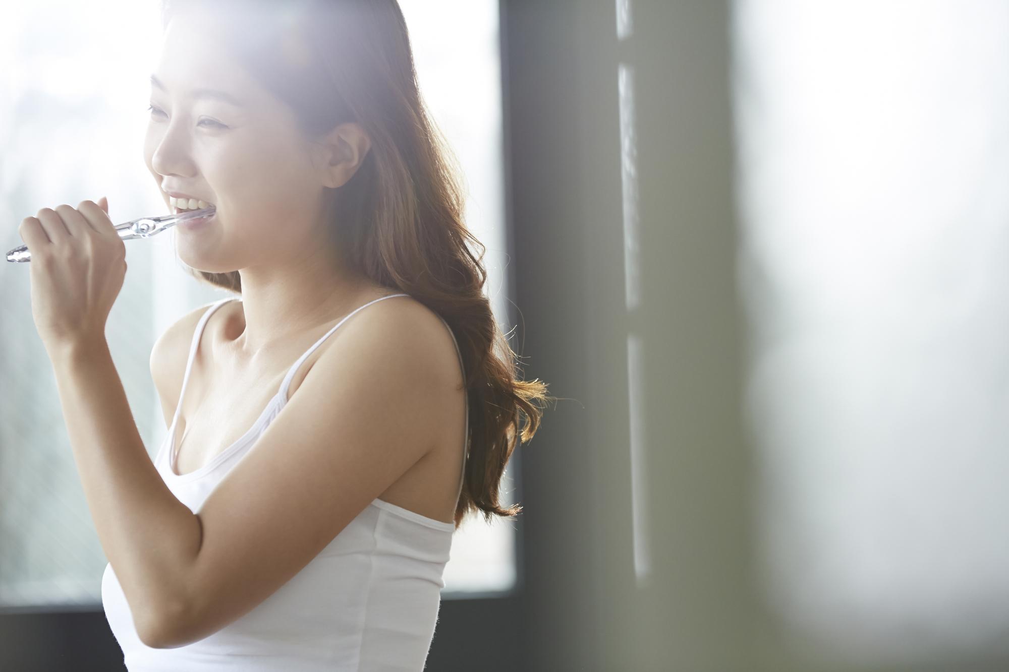 歯を磨く笑顔の女性