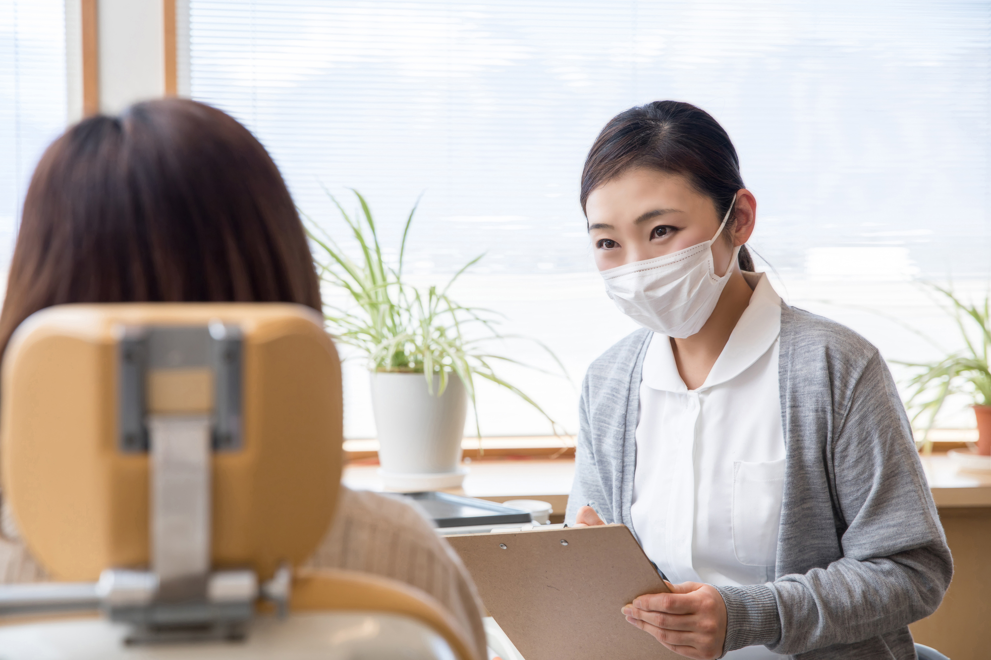歯医者さんを受診する女性