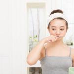 歯磨き中に違和感を覚える女性