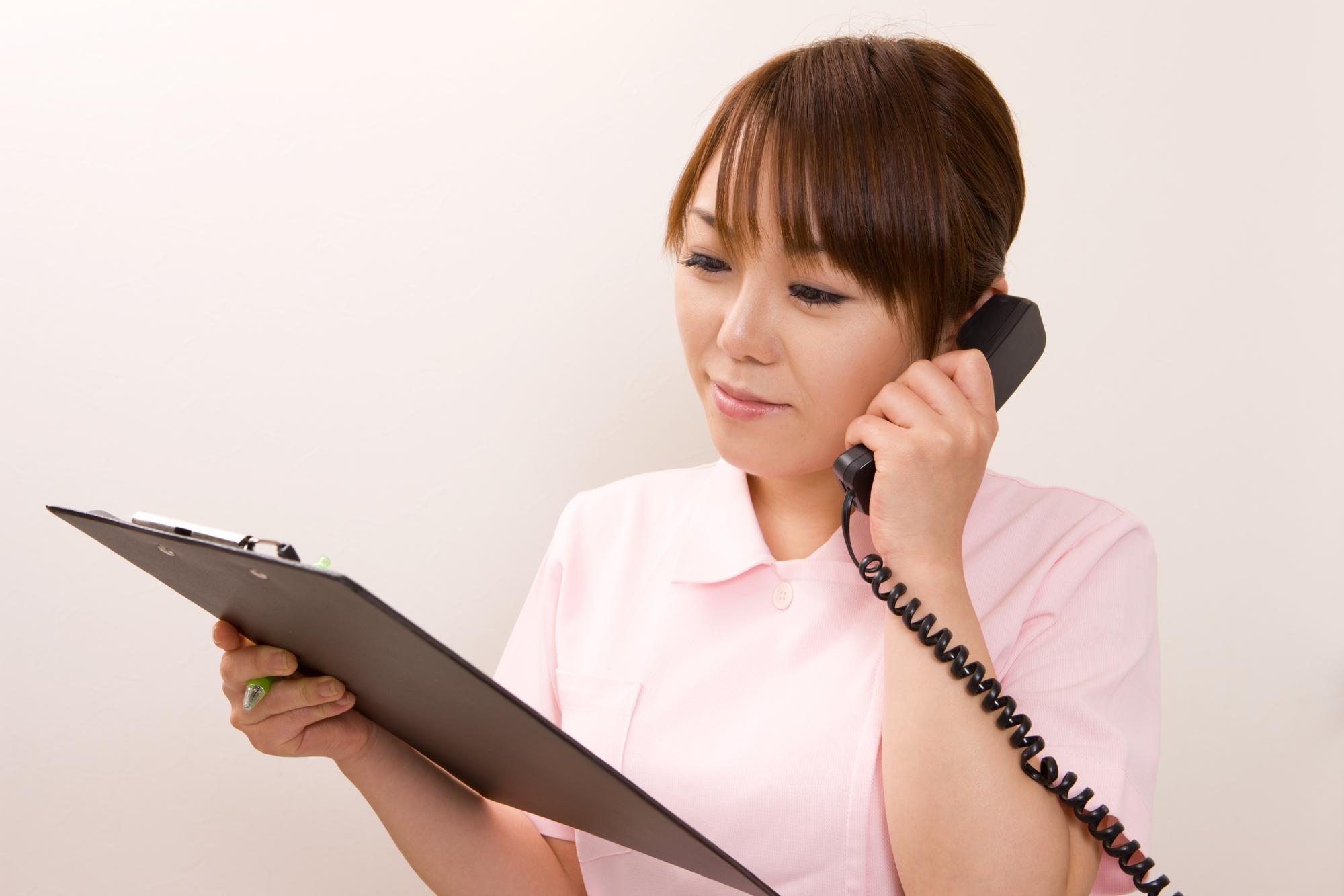 電話でヒアリングする歯科衛生士