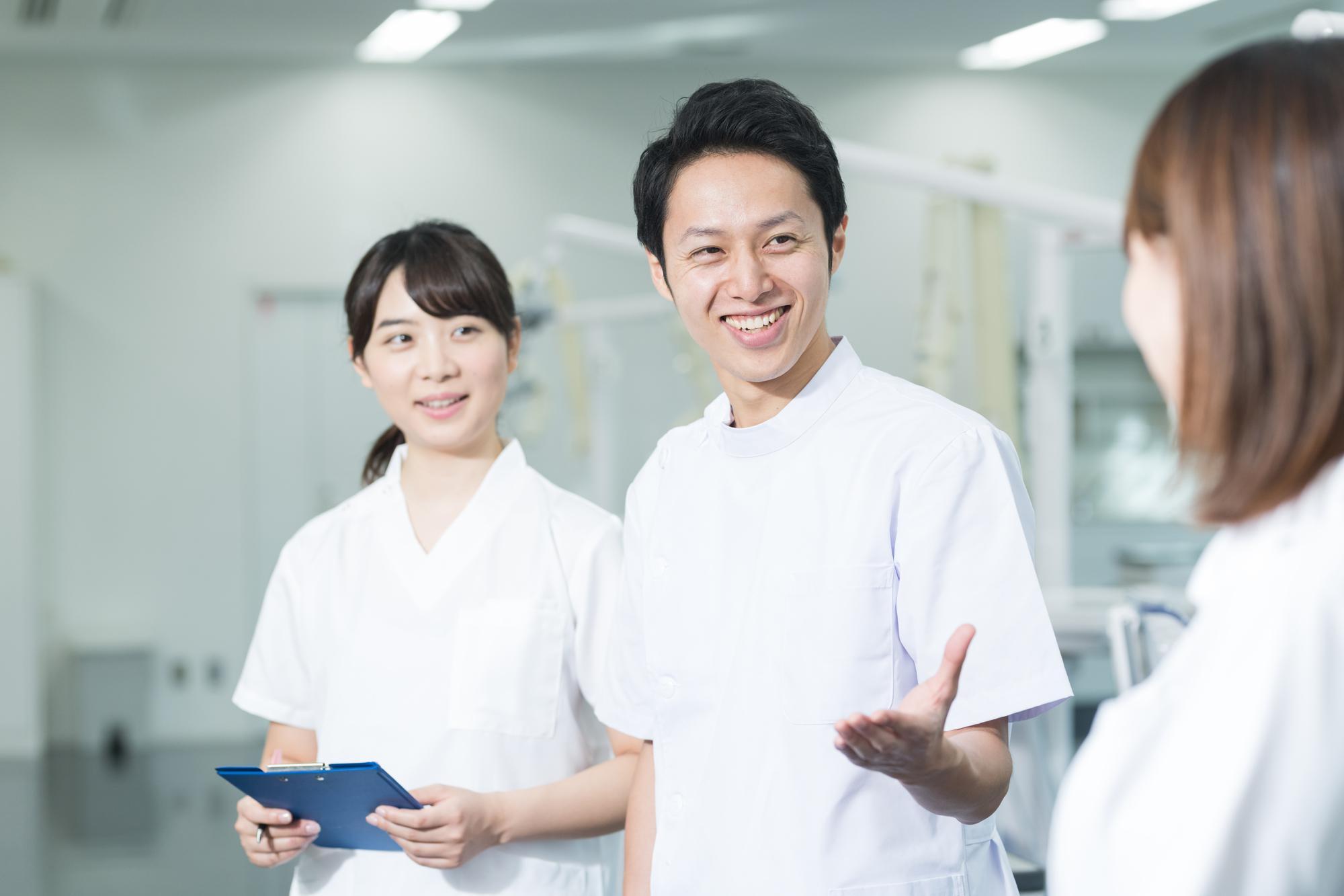歯医者さんで相談する女性患者