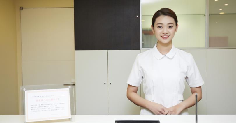 歯医者さんの受付とスタッフ