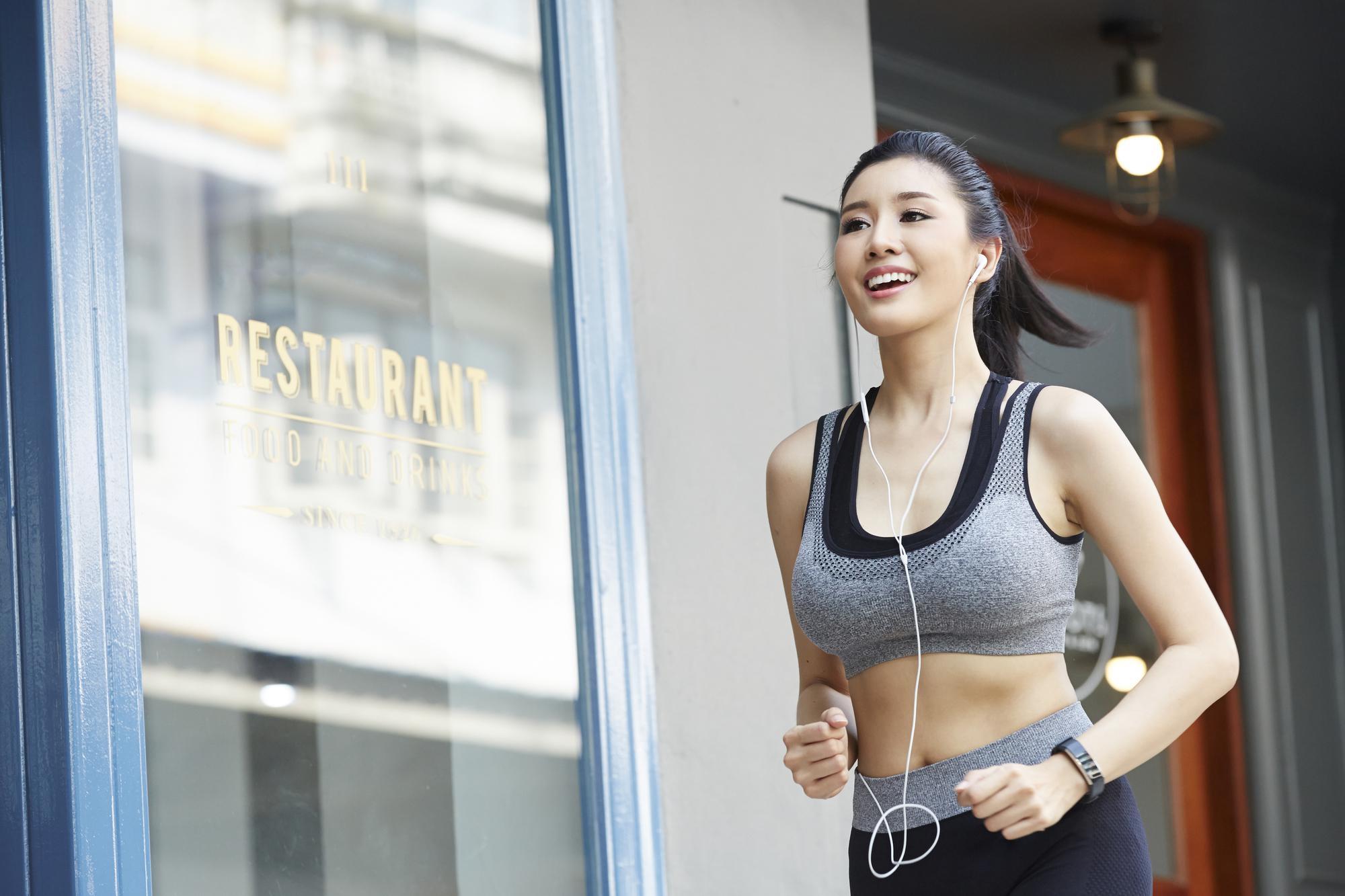 ジョギングでストレス発散する女性