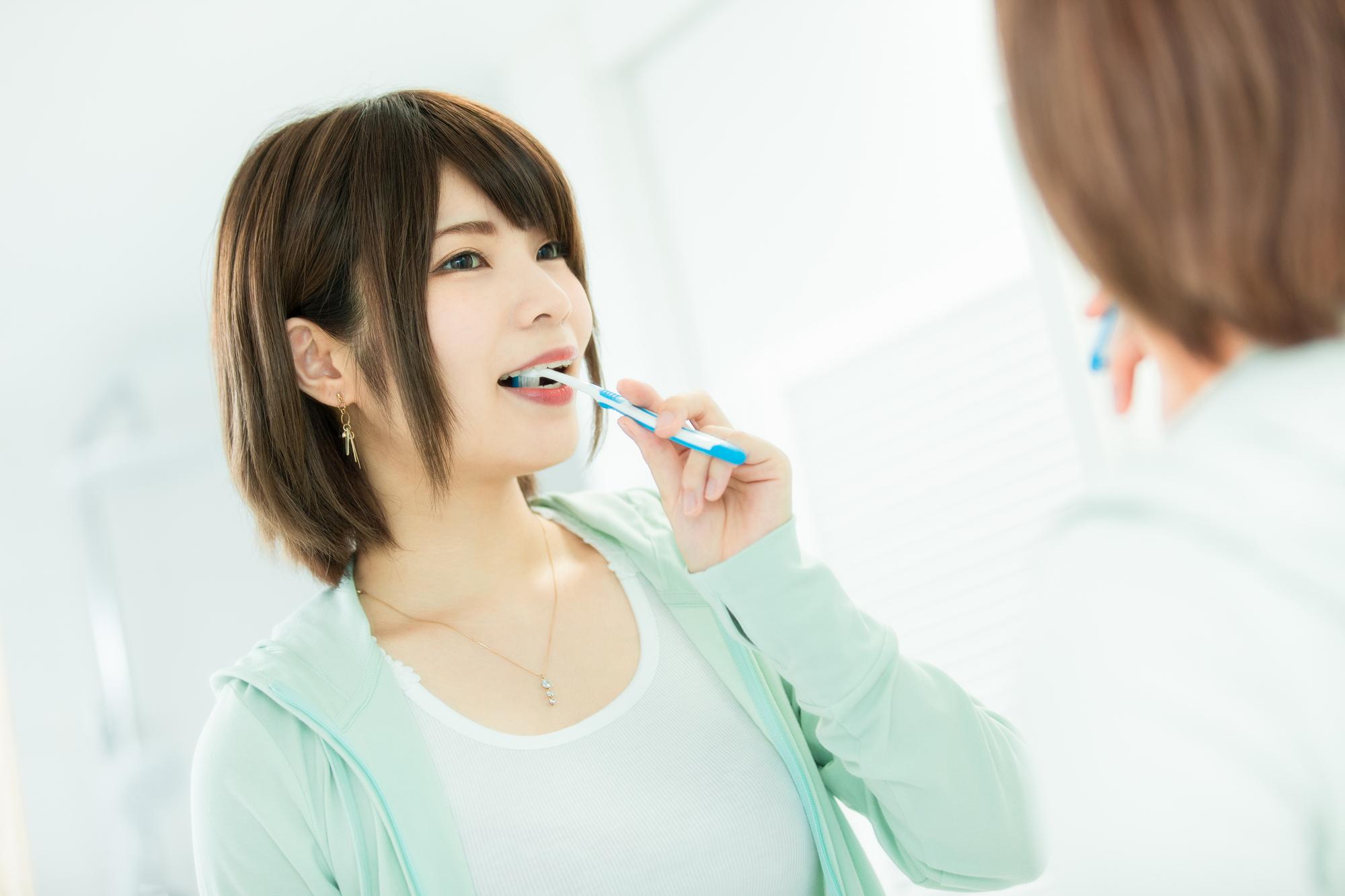 歯医者さんに行く前に歯を磨く女性