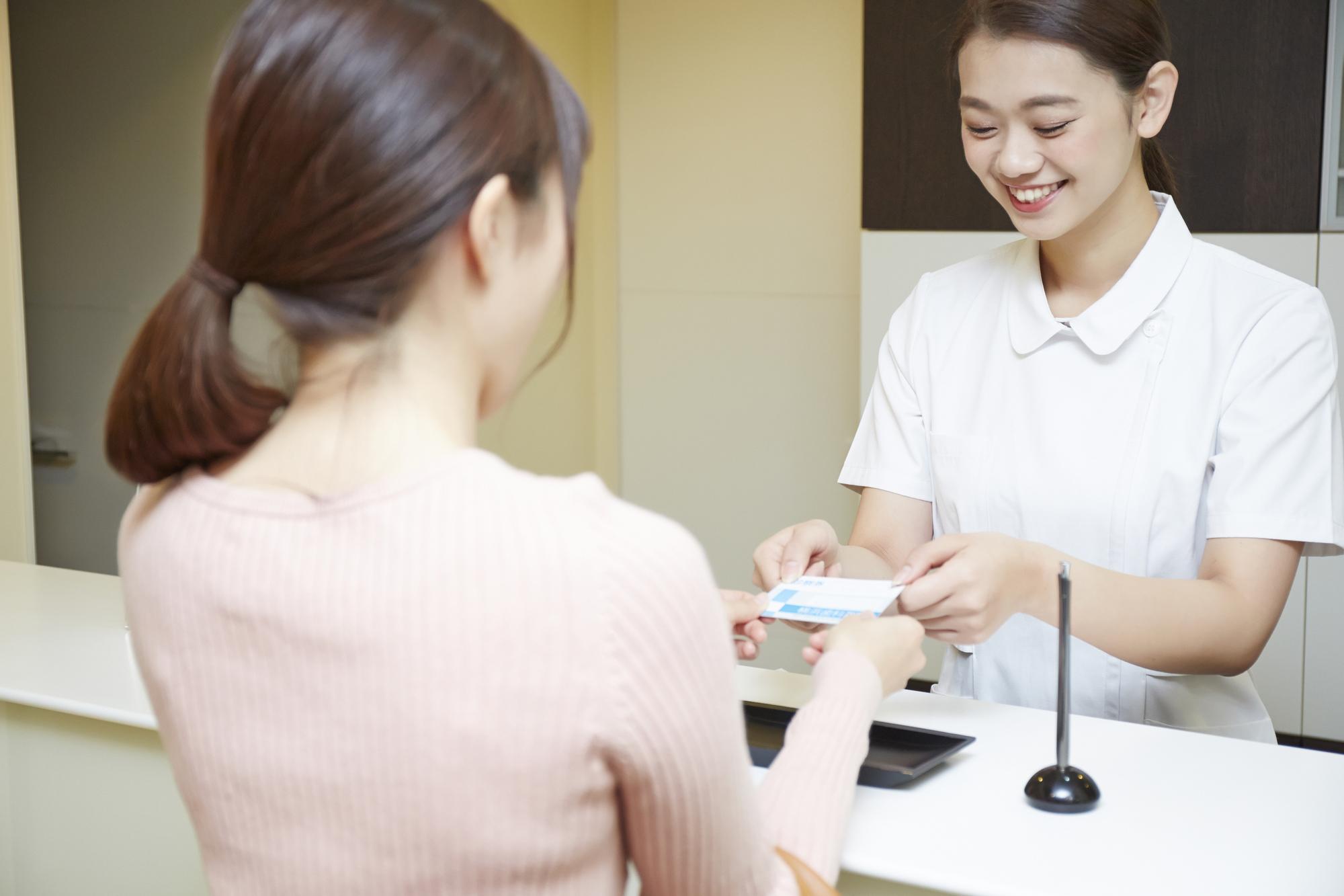 歯科医院を受診する女性