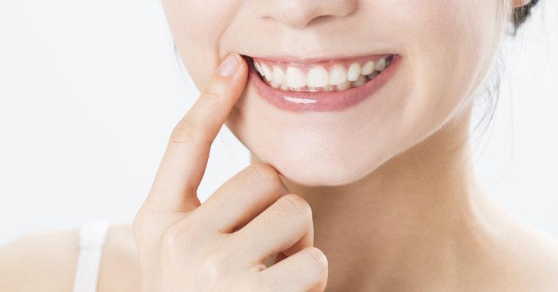きれいになった歯並びを見せる女性