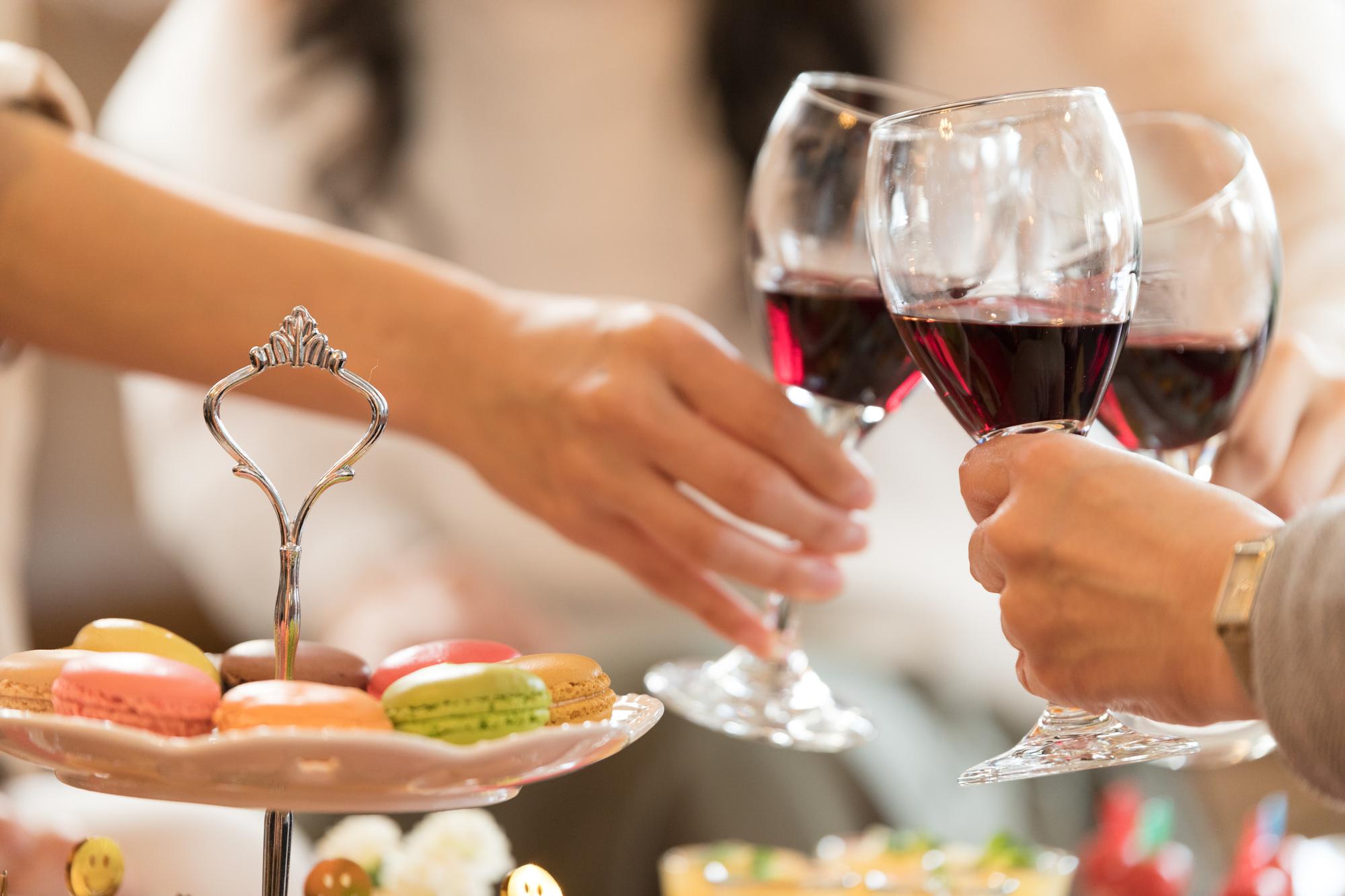 赤ワインで乾杯する女子会