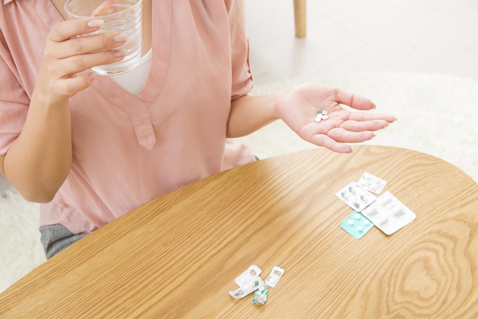 抗生物質を服用する女性