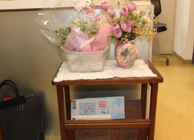 小林歯科医院 受付にはお花が飾ってあります。