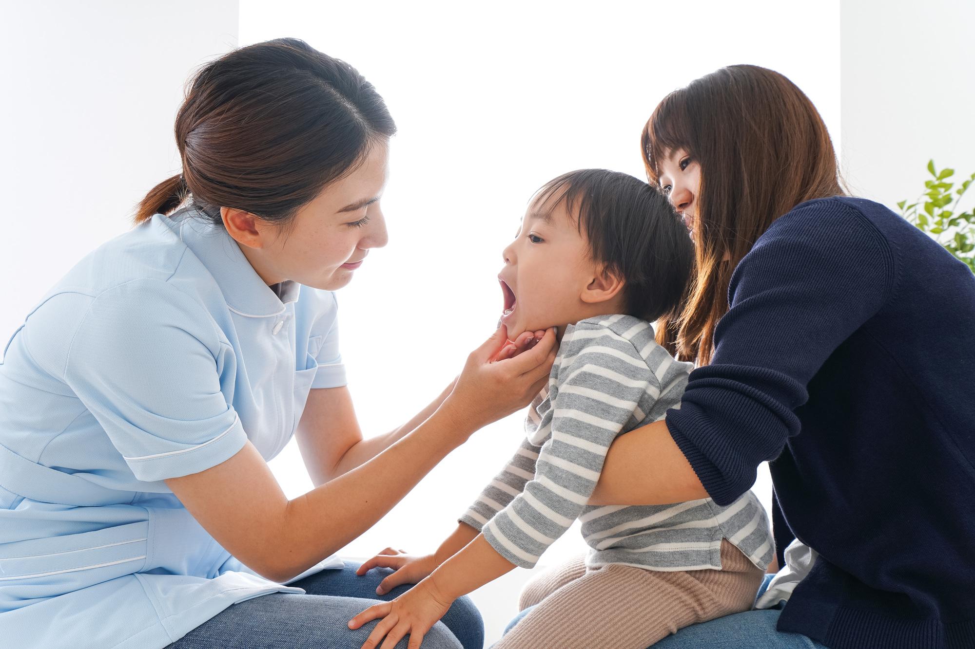 歯の診察を受ける子供