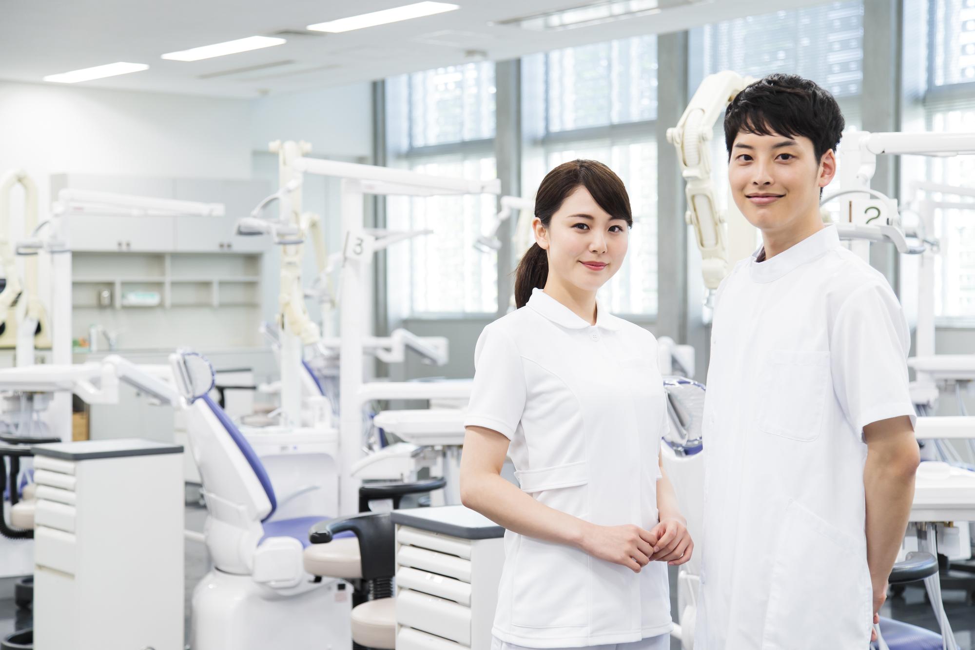 笑顔の歯科医師と歯科衛生士