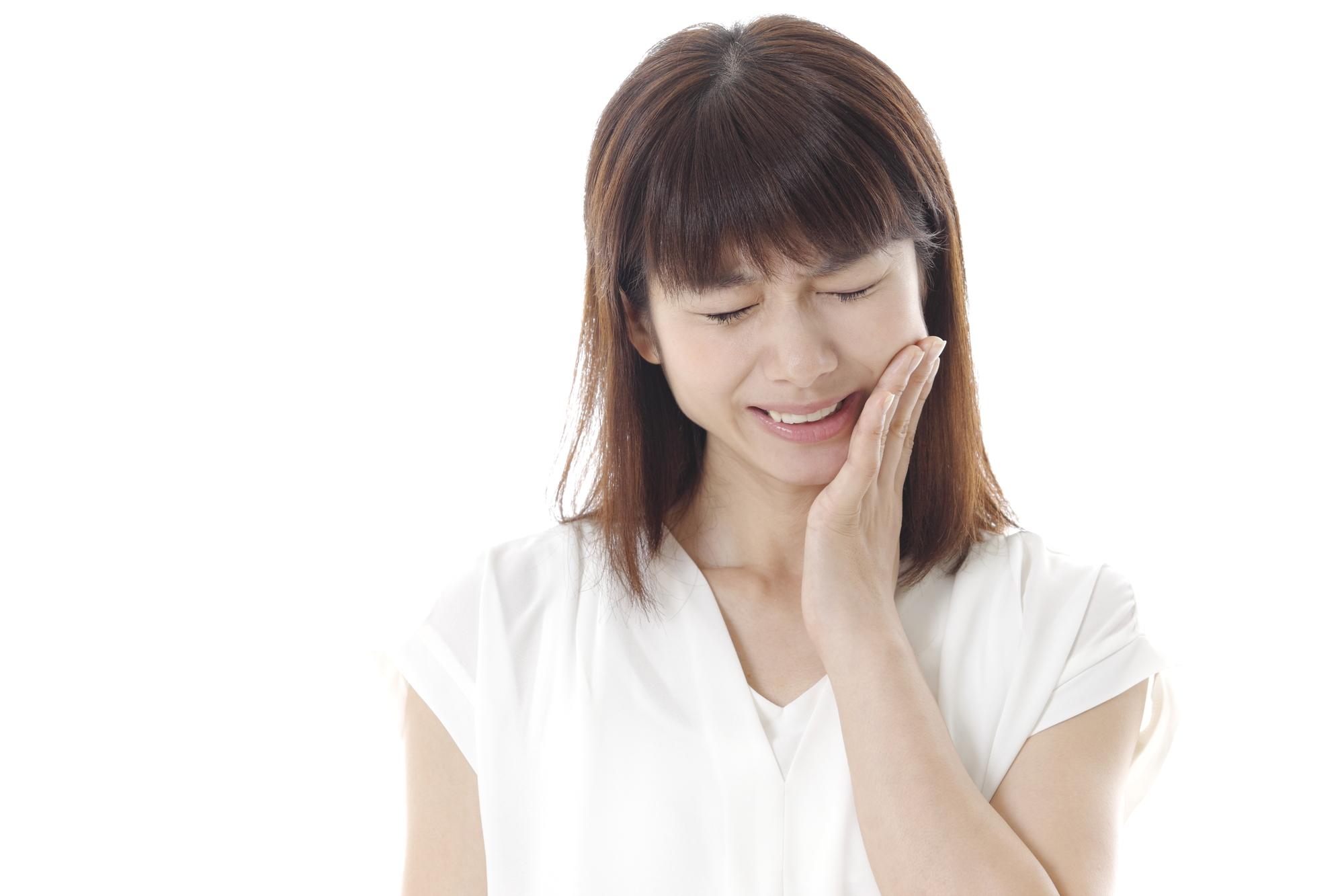 放置した虫歯が痛み出した女性