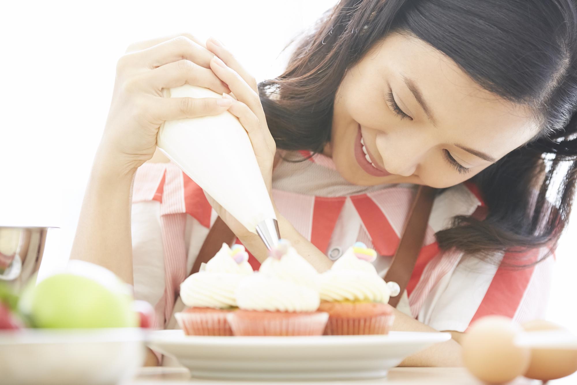 スイーツを食べようとする笑顔の女性