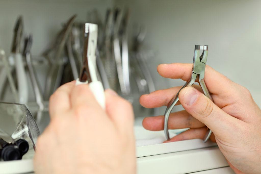 親知らずの抜歯準備をする歯医者さんの写真
