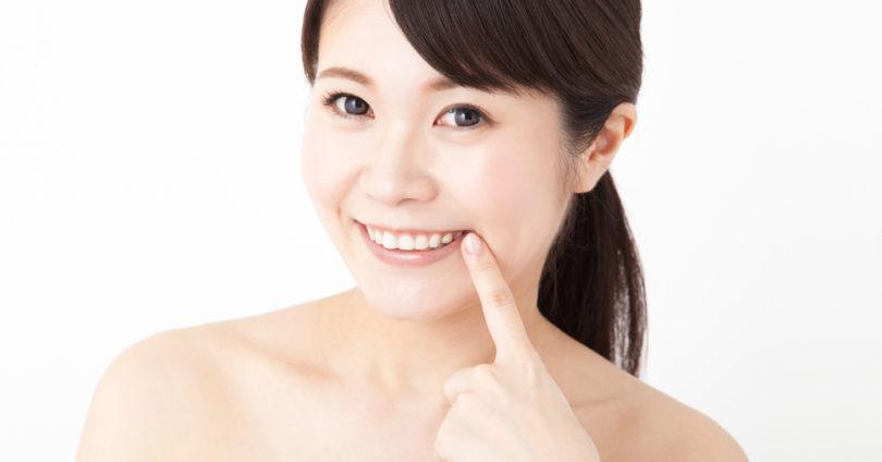 前歯を見せる笑顔の女性