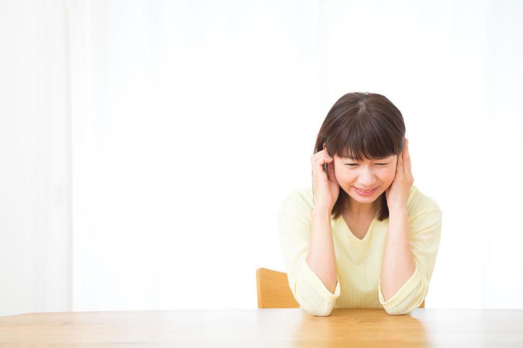 歯根嚢胞が原因で耳が痛くなる女性の写真