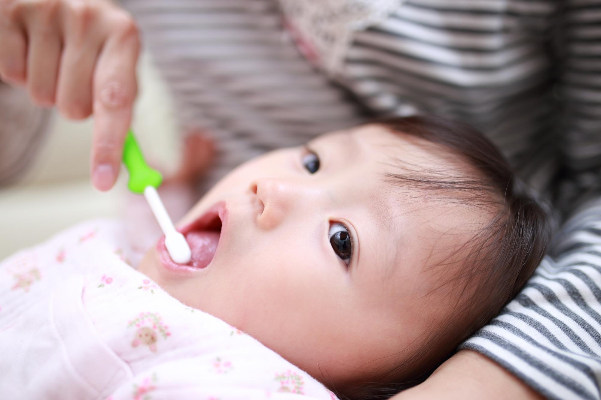 赤ちゃんの歯磨きをするママ