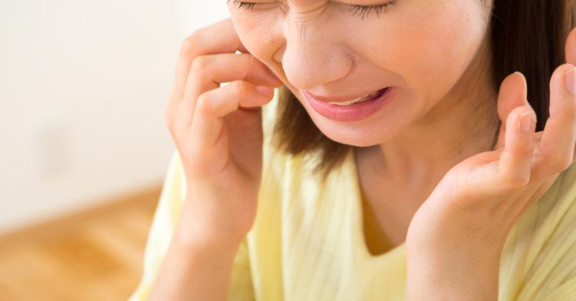歯髄炎で痛がる女性