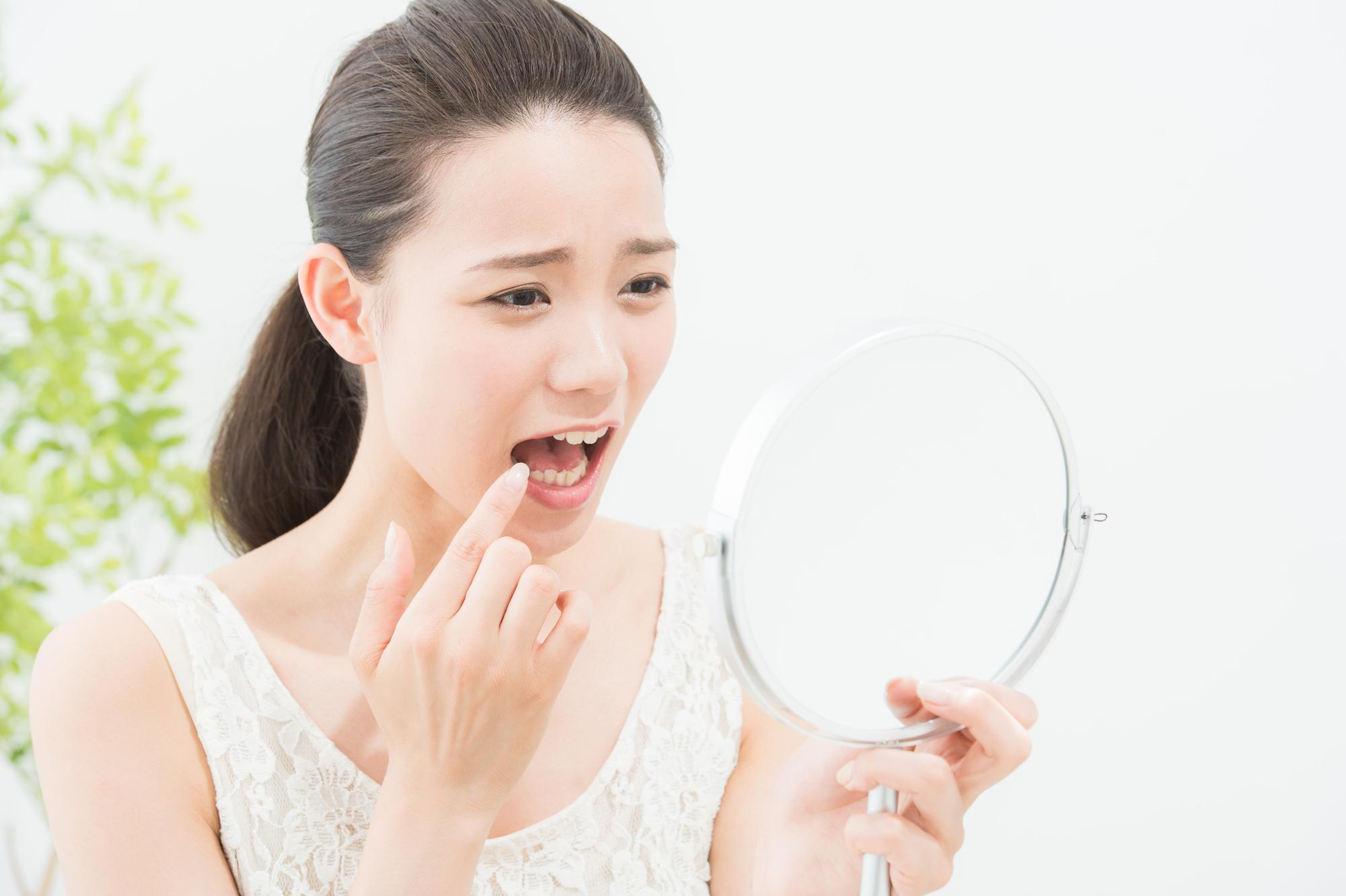 過去に治療した虫歯が痛む女性