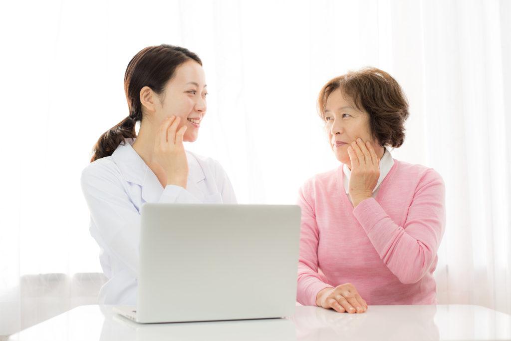 心療歯科でカウンセリングを受ける女性の写真