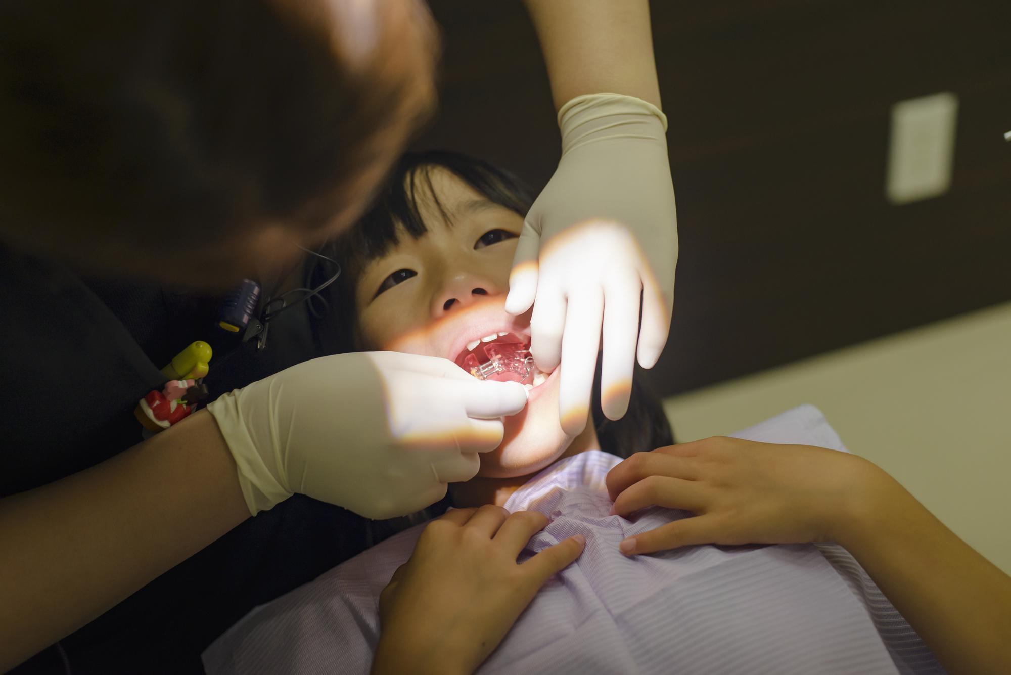 矯正治療を受ける子ども