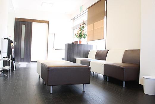 クローバーデンタルクリニック 待合室