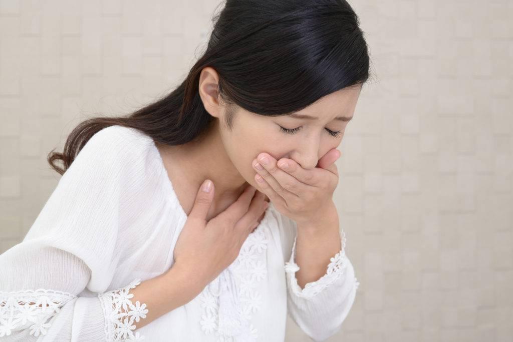 骨髄炎が原因で吐き気をもよおす女性