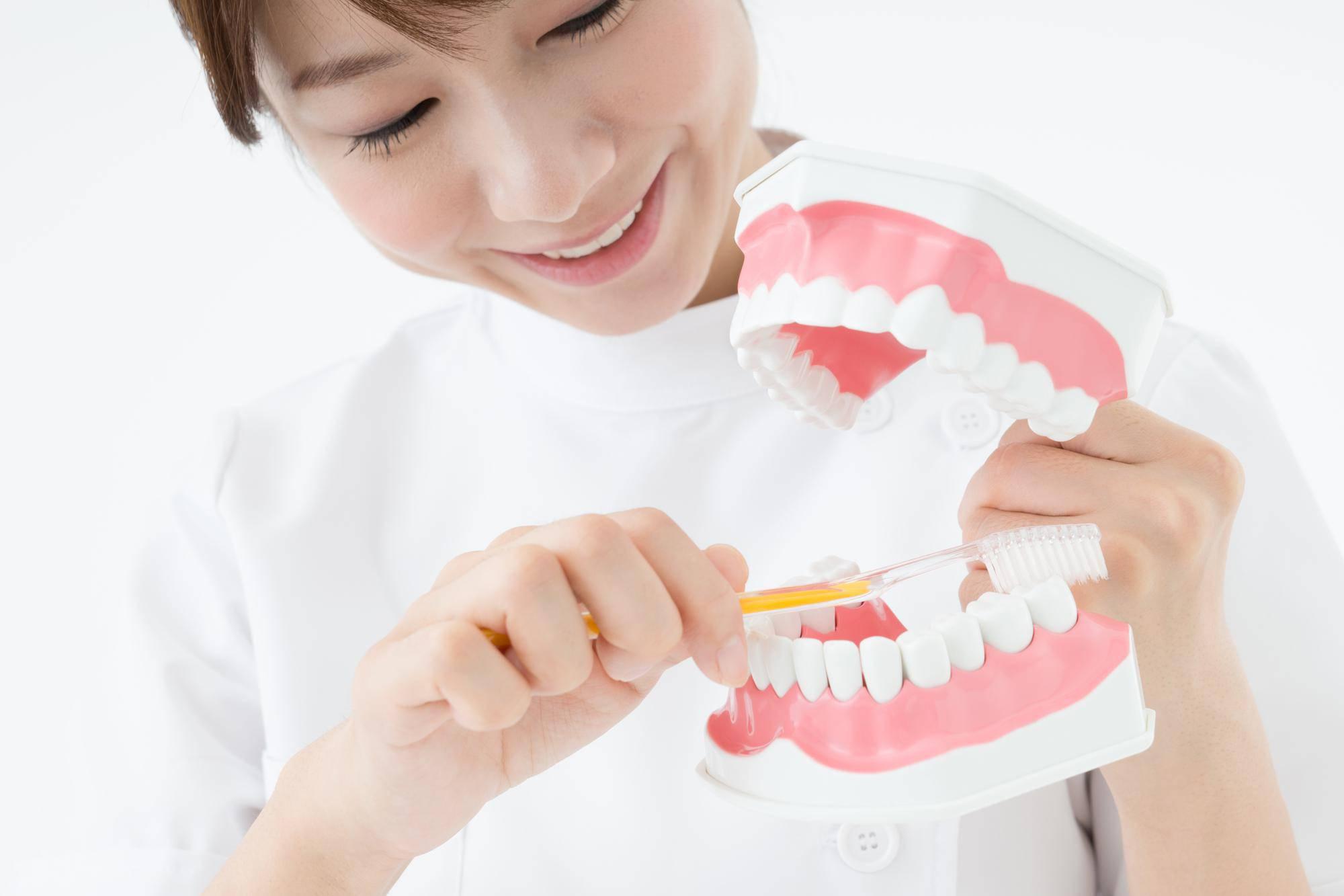 歯磨き指導する歯科衛生士
