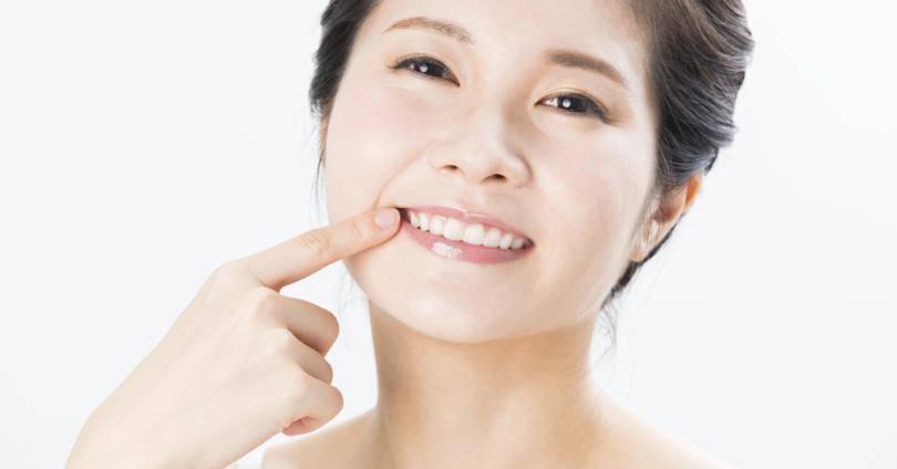 歯を見せる笑顔の女性