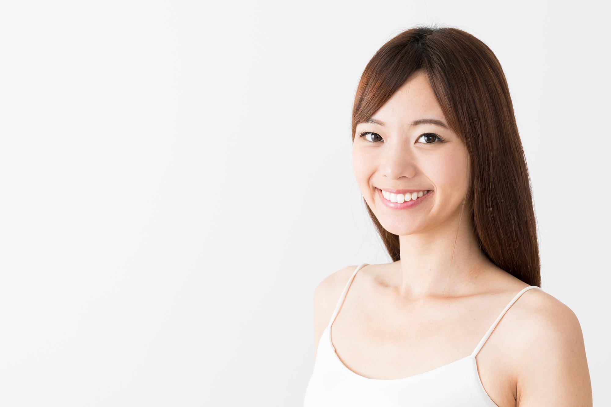健康な歯を見せる笑顔の女性
