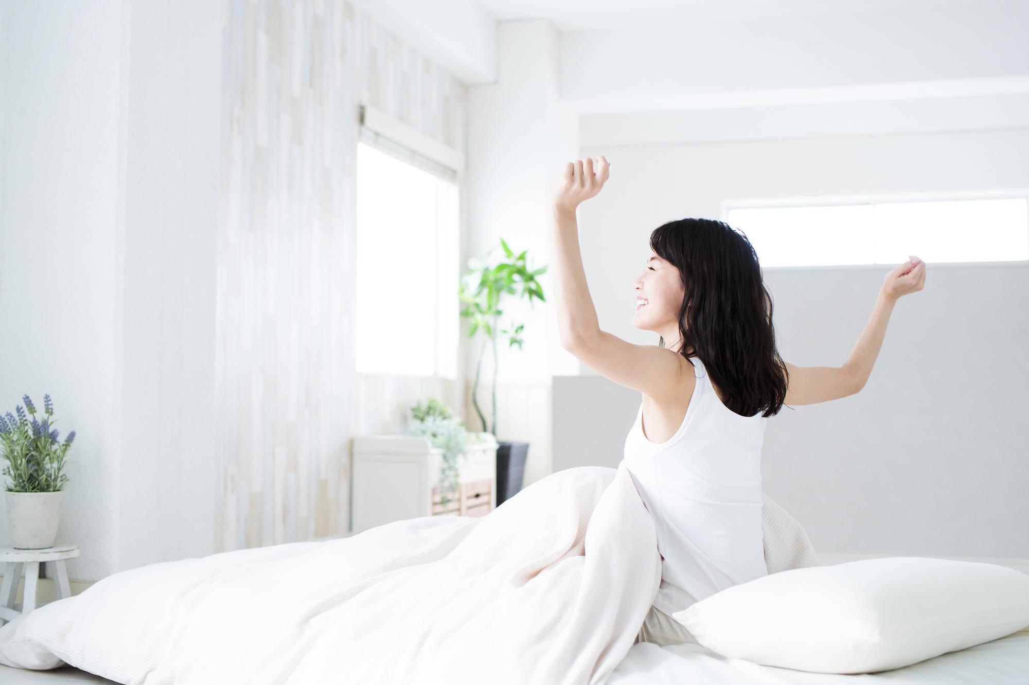 朝を迎える健康的な女性
