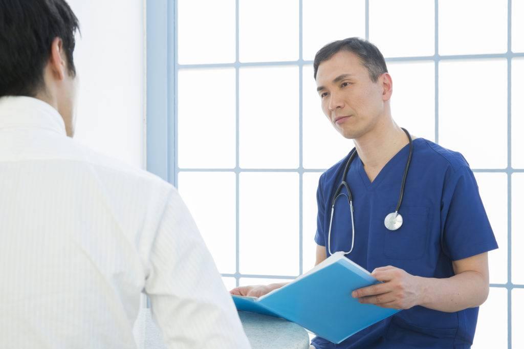 口腔底がんの手術の説明をする医師の写真
