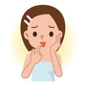舌に口内炎ができた女性