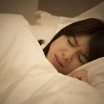 歯痛で眠れない女性