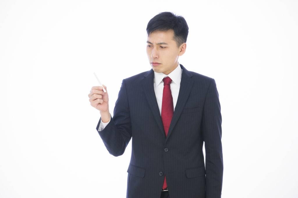 タバコを控える男性の写真