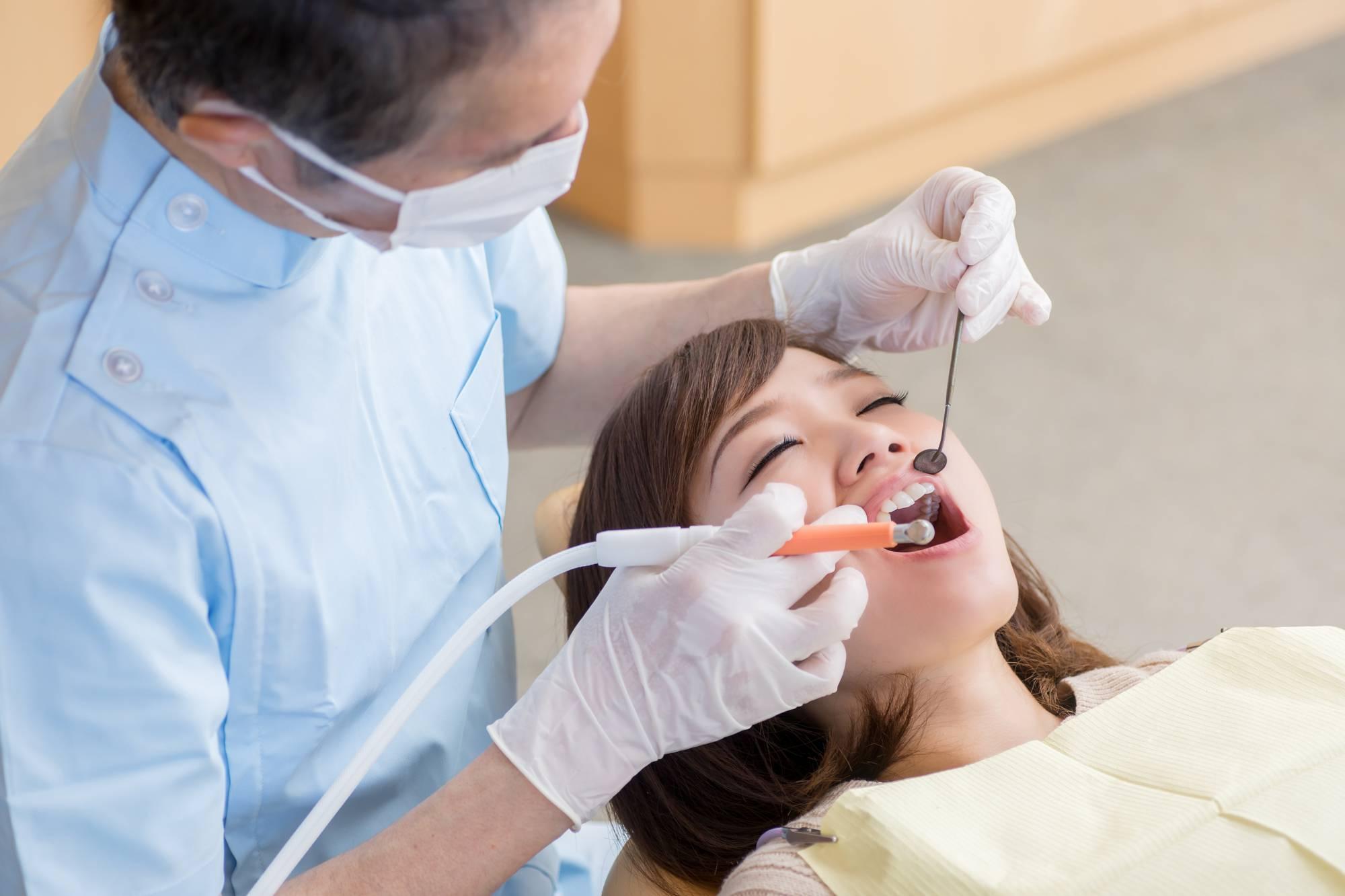 歯周検査を受ける女性患者