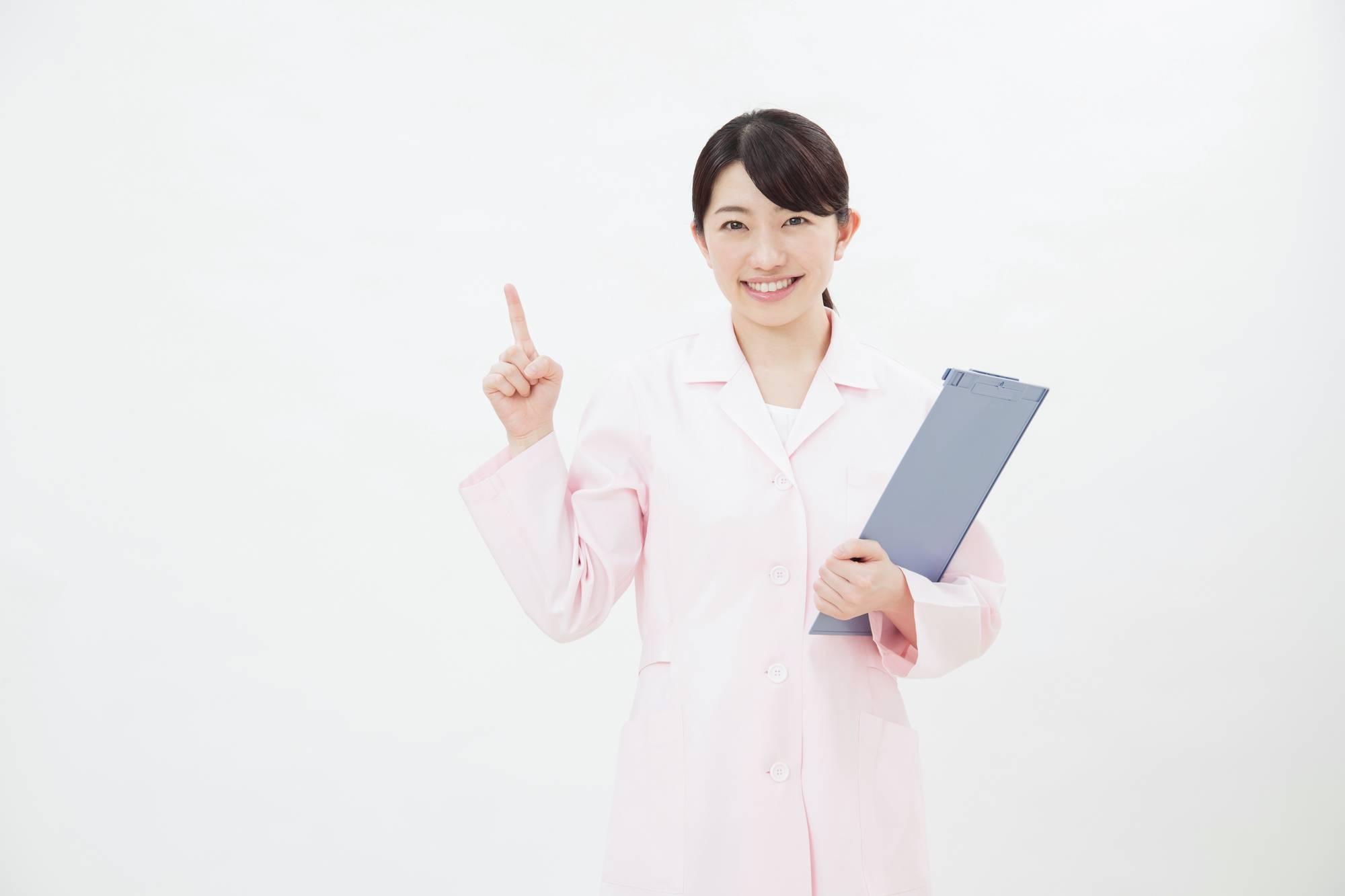 人差し指を立てる歯科衛生士