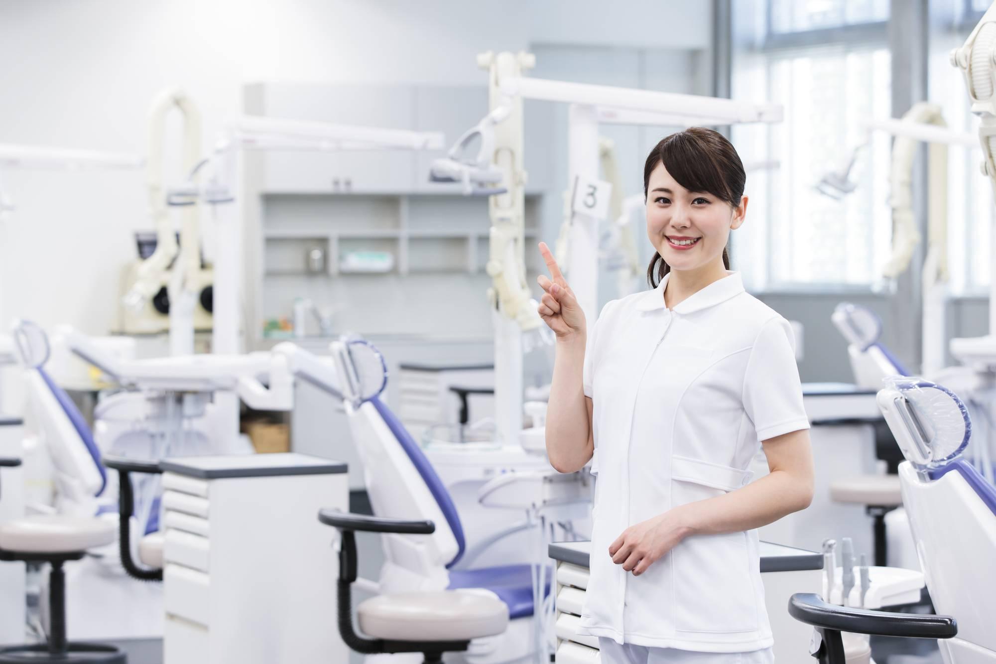 解説する歯科衛生士