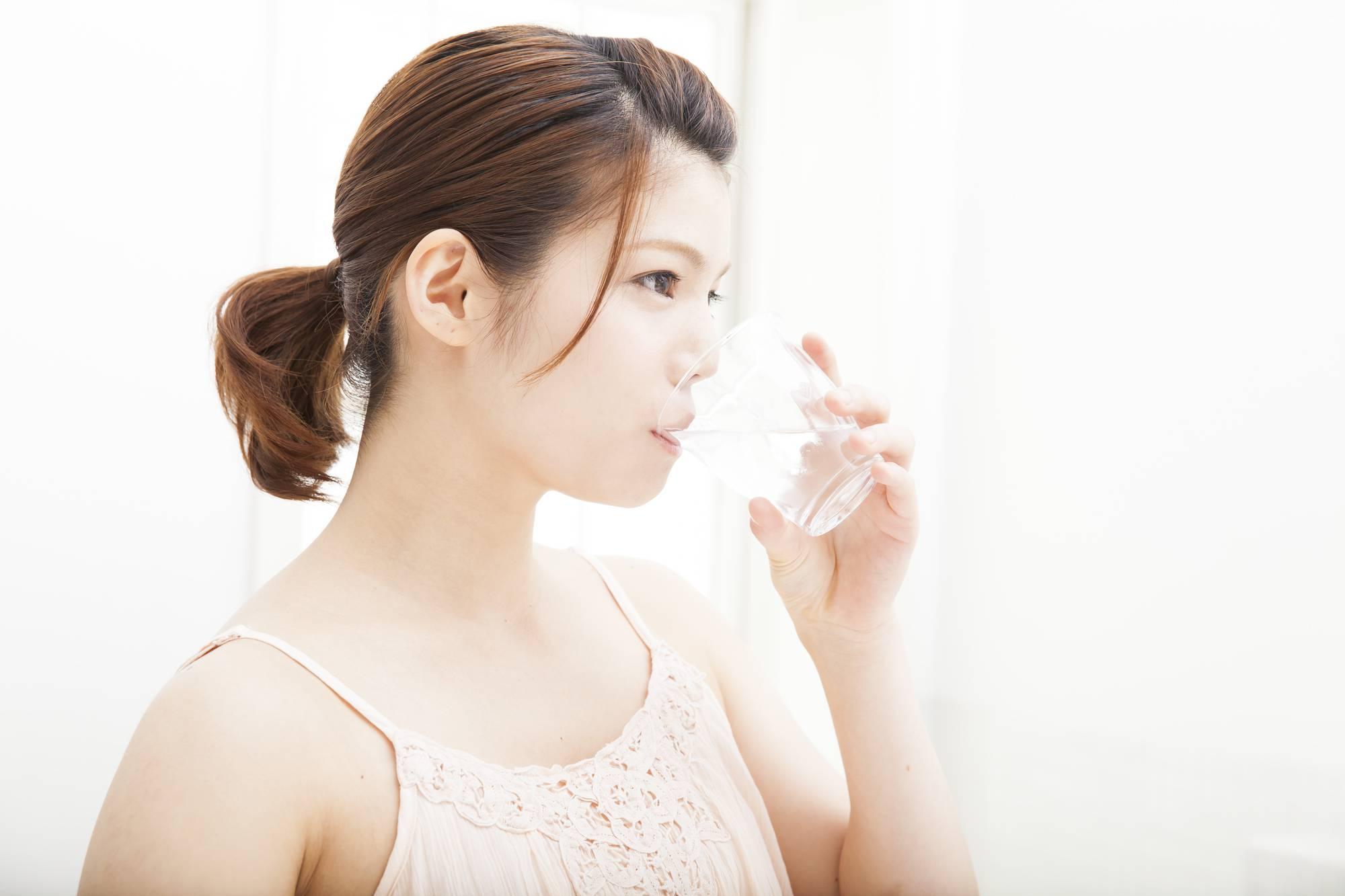 抗真菌作用のあるうがい薬でうがいをする女性