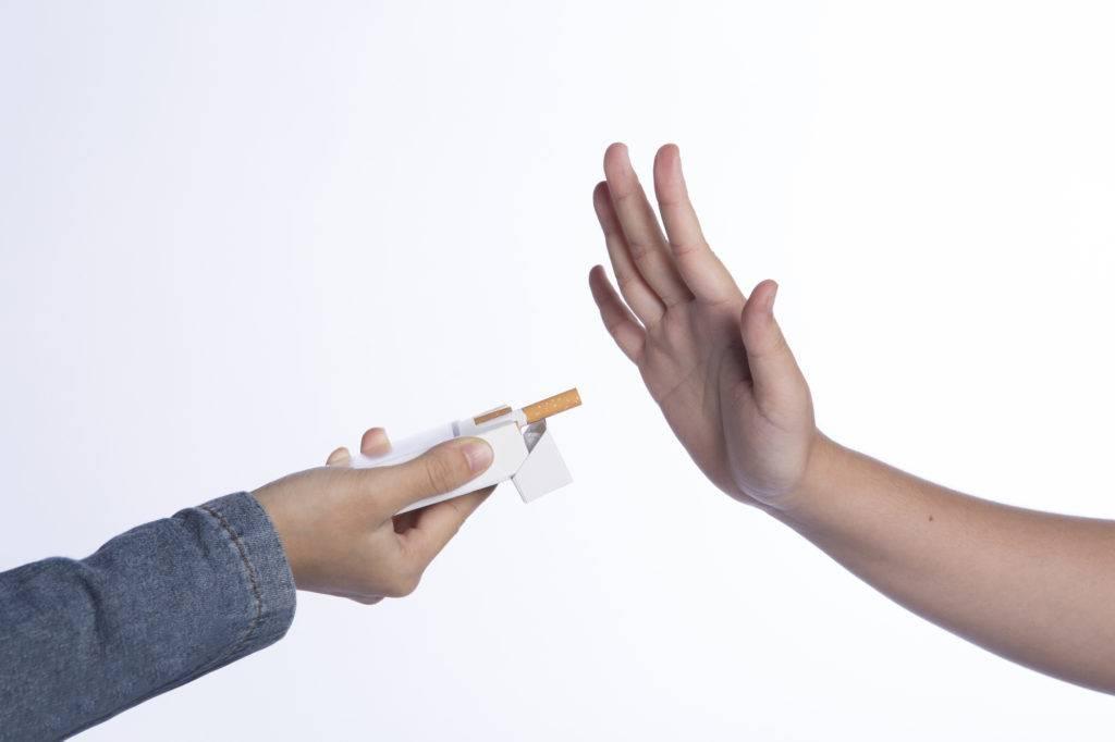 喫煙を控える男性の写真