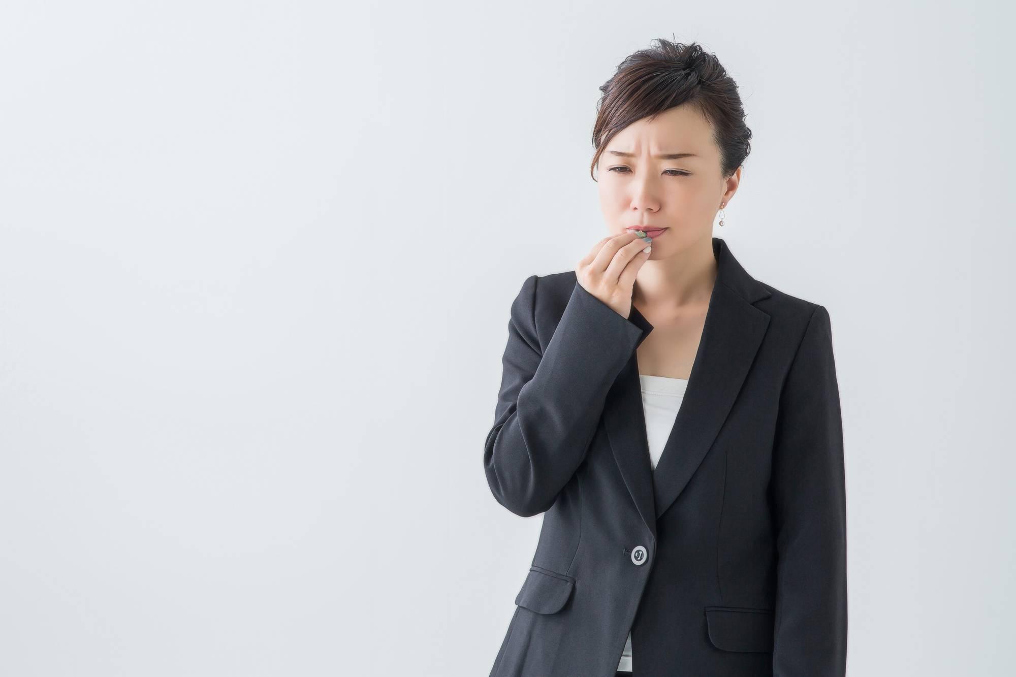 唇が痛い女性