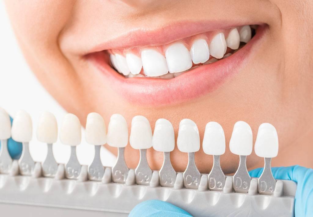 歯医者さんで歯の白さを調整する女性