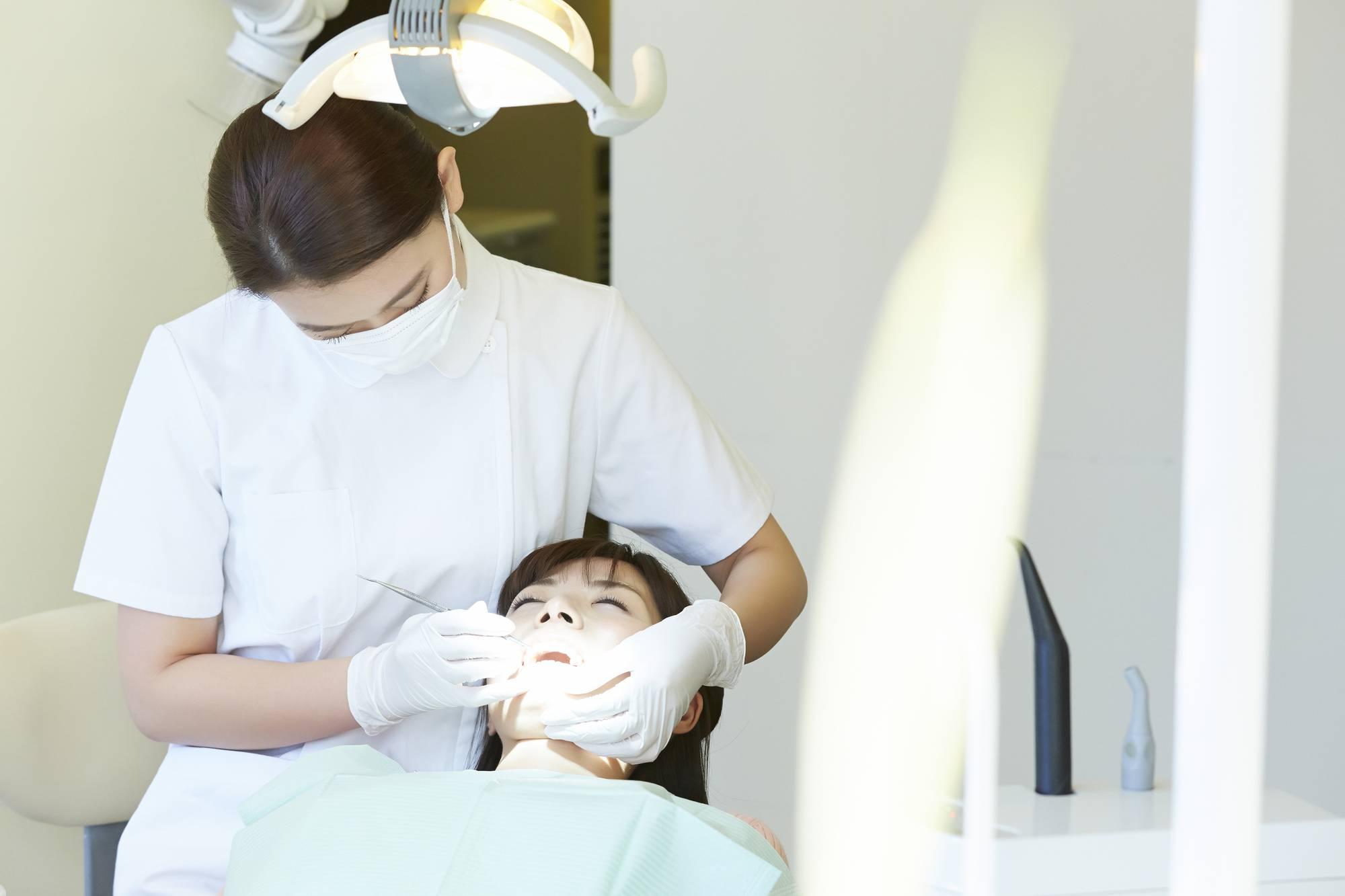 歯のクリーニングを受ける女性