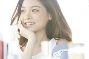 笑顔の歯がきれいな女性